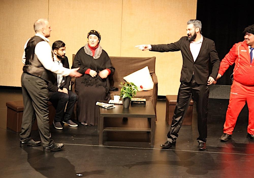 """Im Mittelpunkt des Abends steht die Aufführung des Stücks """"Öztürks III - Die Traumhochzeit"""". Foto: Theater halber apfel"""