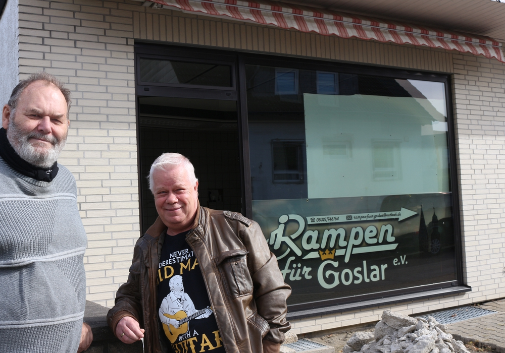 Fritz Holzbach und Peter König vor dem Gebäude, in dem ein Inklusiv-Treff entstehen soll. Fotos: Anke Donner