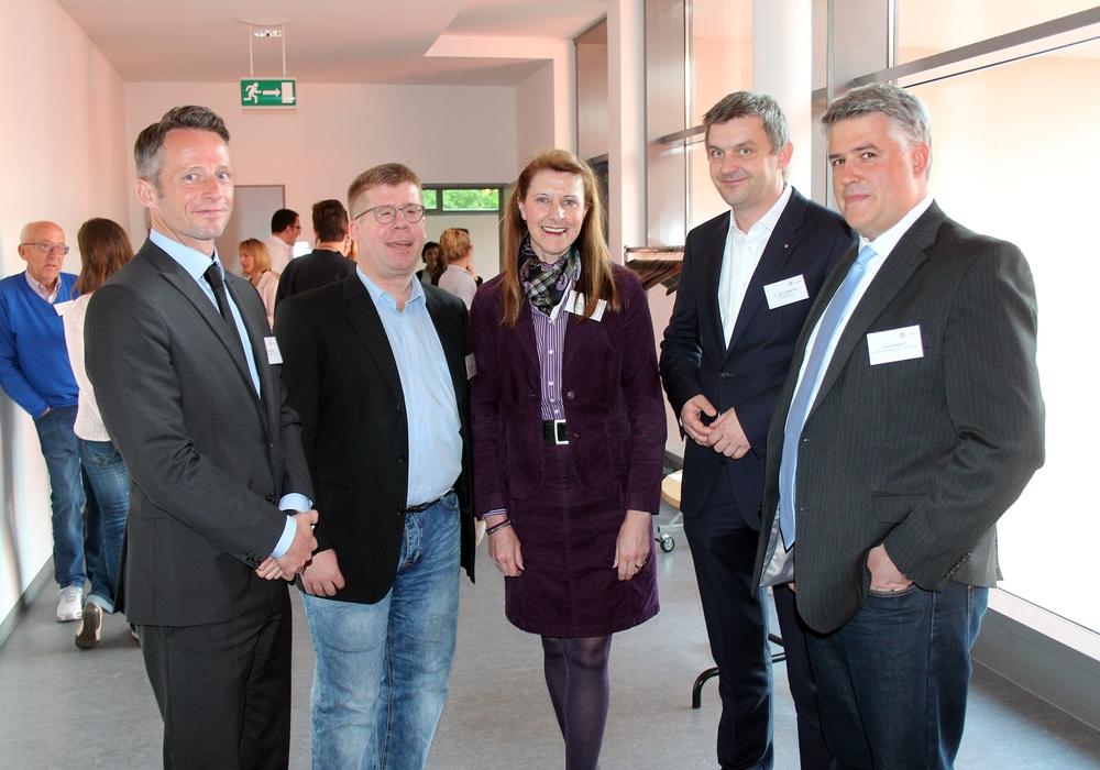 Die Referenten Jens Zielsdorf (Tejo, rechts) und Sebastian Maaß (ValueNet, von links) mit den Round-Table-Gastgebern Thomas Buck (HR Informatiossysteme), Cordula Miosga (AGV) und Dr. Jens Bölscher (Welfenakademie). Foto: WelfenAkademie