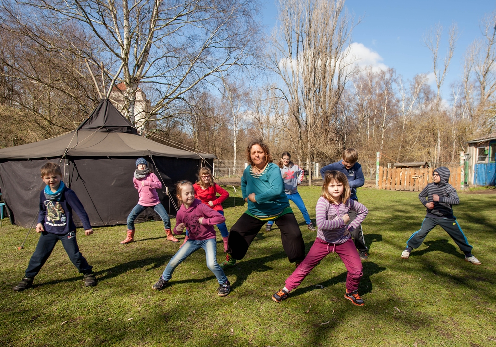 """Koordinationsübungen vor der Jurte: """"Aroha"""" heißt die Sportart, welche die Kinder in den Osterferien auf Neuland kennenlernten. Foto: Alec Pein"""