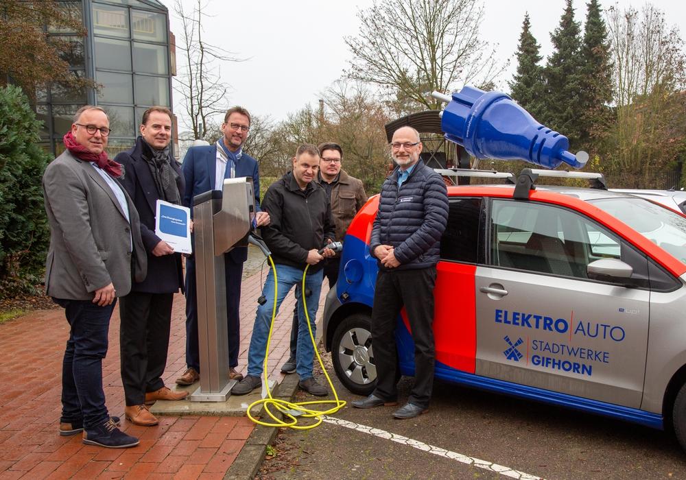 Die Wallbox der Stadtwerke Gifhorn wurde heute auf dem Parkplatz der BBS II eingeweiht. Foto: Cagla Canidar/KURT Media