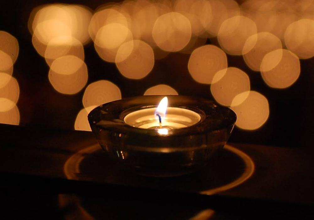 In den Abendstunden des zweiten Sonntags im Dezember leuchtet in vielen Häusern eine besondere Kerze. Quelle: Ev.-luth. Kirchenkreis Peine