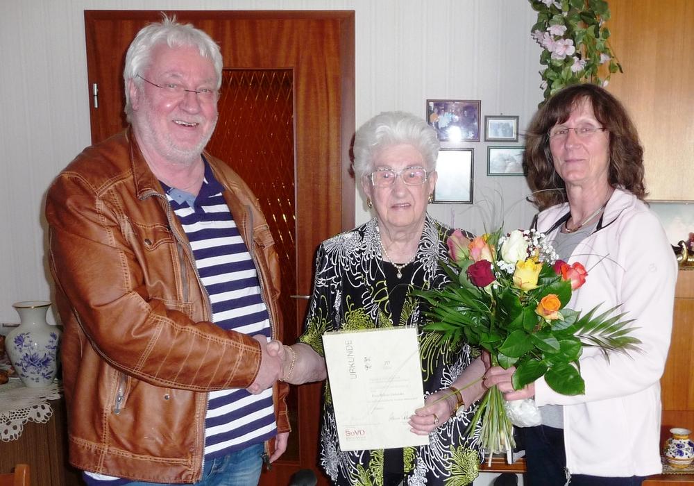 Heinz Kaatsch vom Kreisverband Wolfenbüttel und Annelene Kramer vom Ortsverband Schöppenstedt gratulierten Helene Galonska zur 70-järigen Mitgliedschaft im Sozialverband Deutschland.