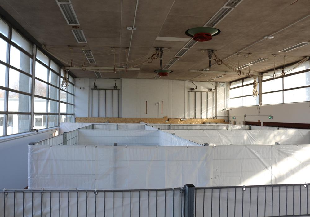 Einige Braunschweiger Sporthallen - wie hier in der Moselstraße - wurden als Flüchtlingsunterkunft benötigt. Foto: Archiv/Robert Braumann