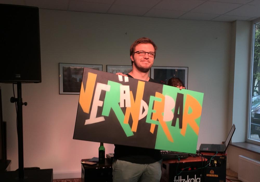 Endlich ist ein Name gefunden. Kai Baltzer von der ehrenamtlichen Projektgruppe präsentiert ihn stolz. Foto: Veränder.Bar