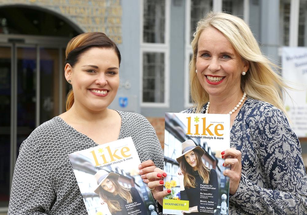 """Fotografin Stephanie Celiker und City- und Veranstaltungsmanagerin Corinna Düe mit dem neuen Stadtmagazin """"like"""". Foto: Stadt Wolfenbüttel"""