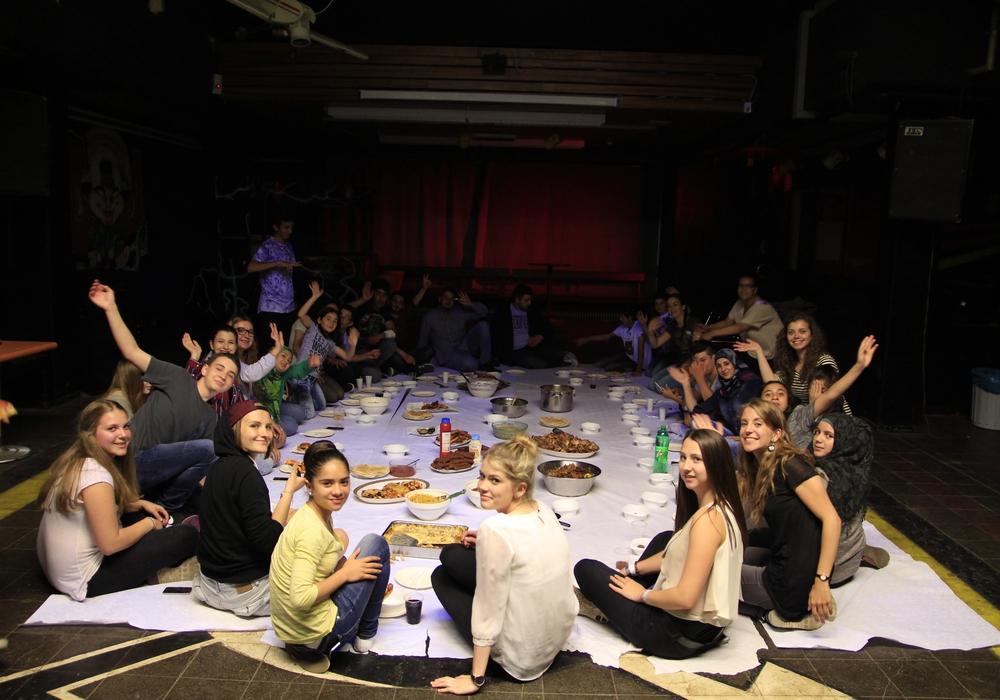 Gemeinsam haben die Jugendlichen gekocht. Arabische, spanische, polnische und deutsche Gerichte wurden beim Festessen aufgetischt. Foto: privat