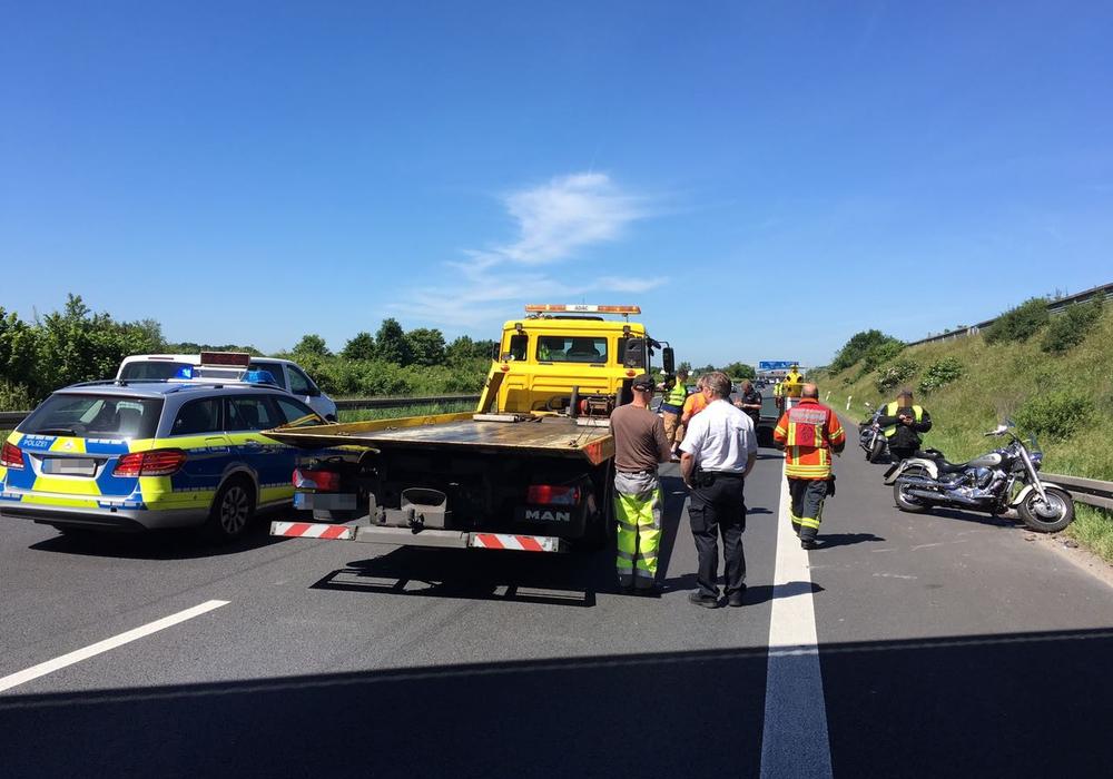Ein Motorradfahrer verletzte sich auf der A2 schwer, als er ein Stauende nicht rechtzeitig erkannte und auffuhr. Fotos und Video: aktuell24/BM