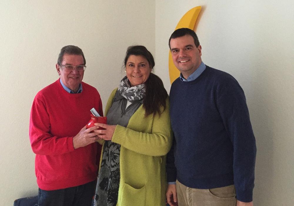 Saipa und Brennecke übergeben dem Netzwerk Mensch in Oker Spende die der SPD-Kreistagsmitglieder. Foto: Privat