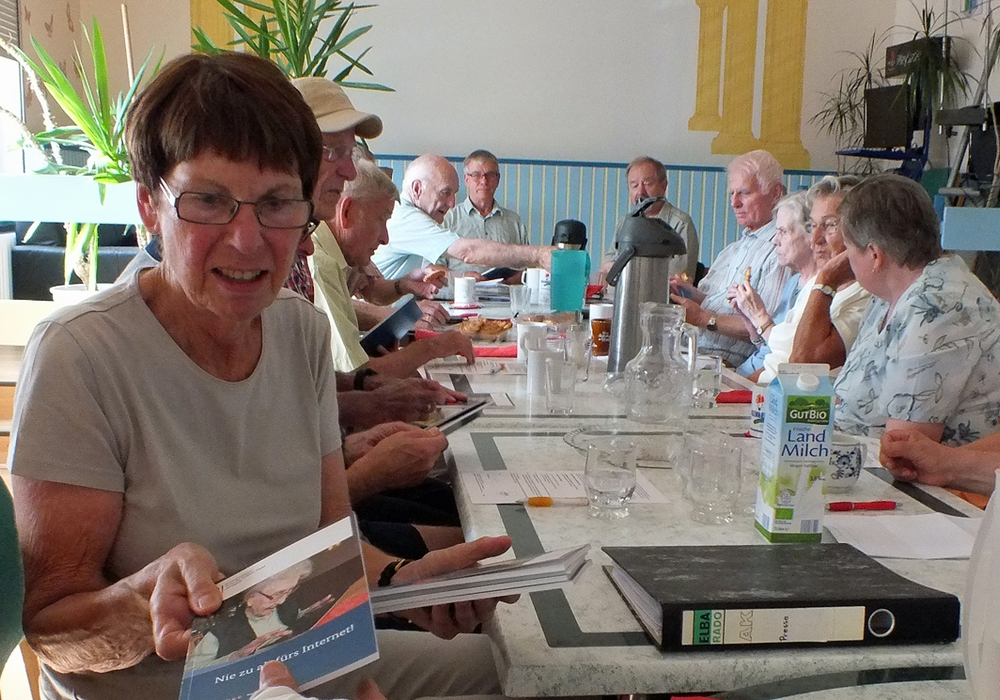 """Der Arbeitskreis """"Senioren als Vorbild im Straßenverkehr"""" befasste sich wieder einmal mit den digitalen Möglichkeiten für Senioren. Foto: Achim Klaffehn"""