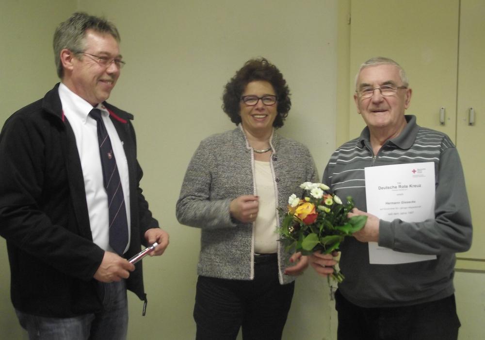Von links: Erster Vorsitzender Dirk Noll, Bürgermeisterin Renate Luksch,  Hermann Giesecke, 30-jährige Mitgliedschaft im Ortsverein. Foto: Beate Wagenführ-Sauer