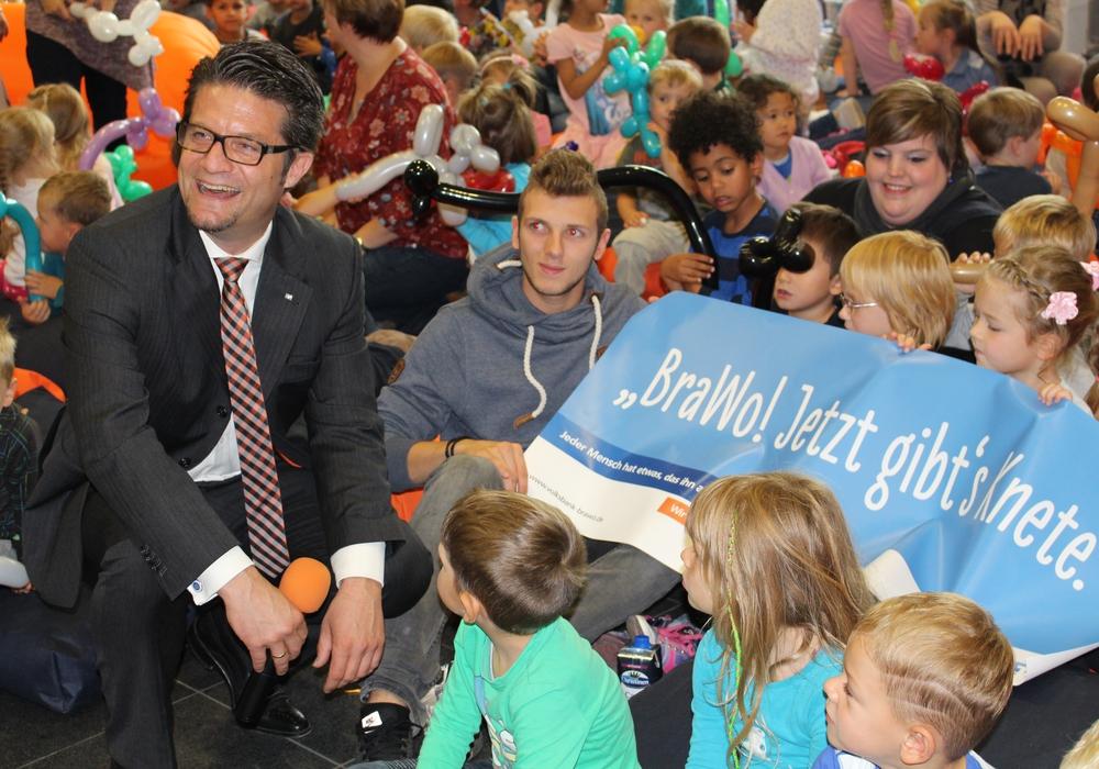 Carsten Ueberschär freut sich gemeinsam mit den Kindern bei der Übergabe der Spende. Fotos: Kai Baltzer