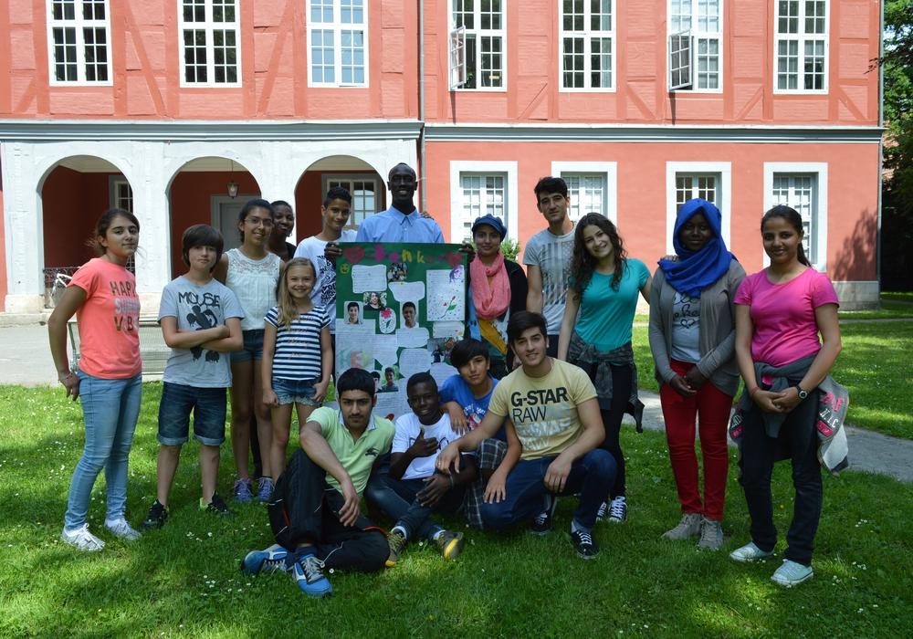 Im Bild rechts: Ida Schuchhardt (4.  v. l.) im Kreis der Sprachlernklasse. Text/Foto: Richert