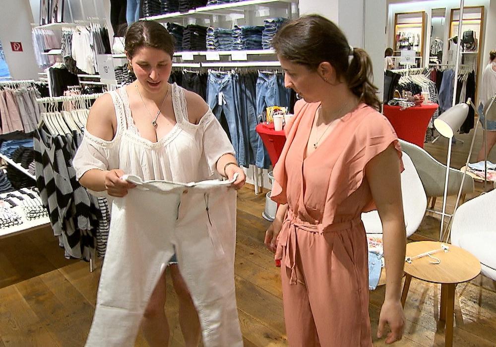 Die Zwillingsschwestern Sandra (li.) und Kathi auf der Suche nach dem perfekten Outfit. Fotos: MG RTL D / Constantin Ent.