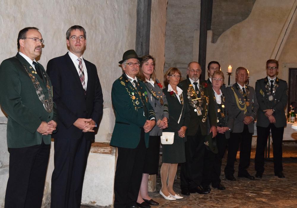 Hartmut Richter und Dr. Oliver Junk (1. und 2. von links) begrüßen die Schützen. Die Kreisköniginnen und -könige stehen neben ihnen und damit im Vordergrund. Fotos: Stadt Goslar
