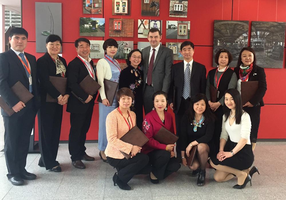 WelfenAkademie-Geschäftsführer Dr. Jens Bölscher (Vierter von rechts) begrüßte die Besucher aus China. Foto: WelfenAkademie