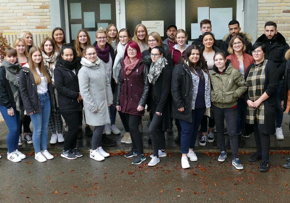 Mit 28 Schülerinnern und Schülern startete der neue Ausbildungskurs an der Pflegeschule des Klinikums Wolfsburg. Foto: Klinikum Wolfsburg