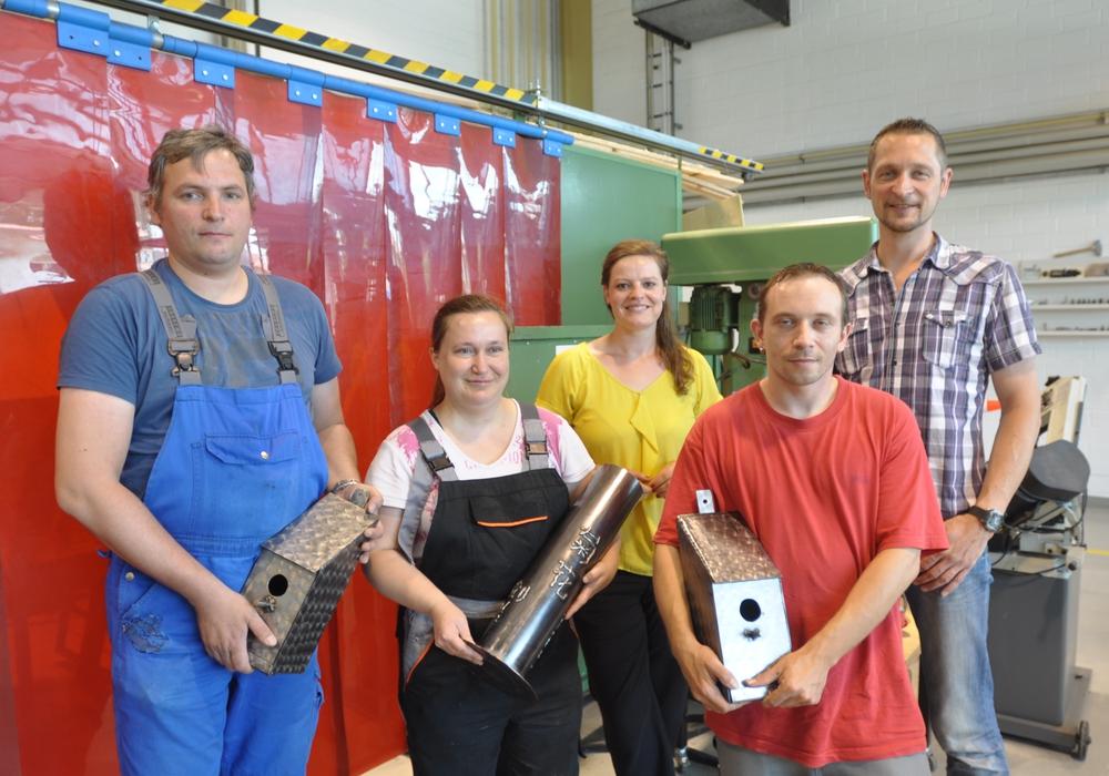 Vier Beschäftigte der Wolfenbütteler Lebenshilfe-Werkstatt für Industriearbeit erhalten Zertifikate für Schweißer-Handwerk. Von  links: Frank Bießmann, Daniela Boever, Sabrina Schulze, Dennis Plattner und Lars Rohland. Foto: Privat