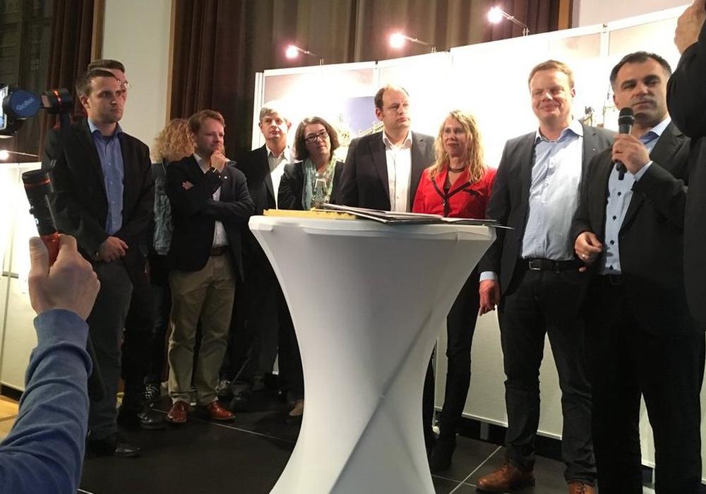 Die Direktkandidaten fieberten am Wahlabend im Rathaus den Ergebnissen entgegen. Foto: André Ehlers