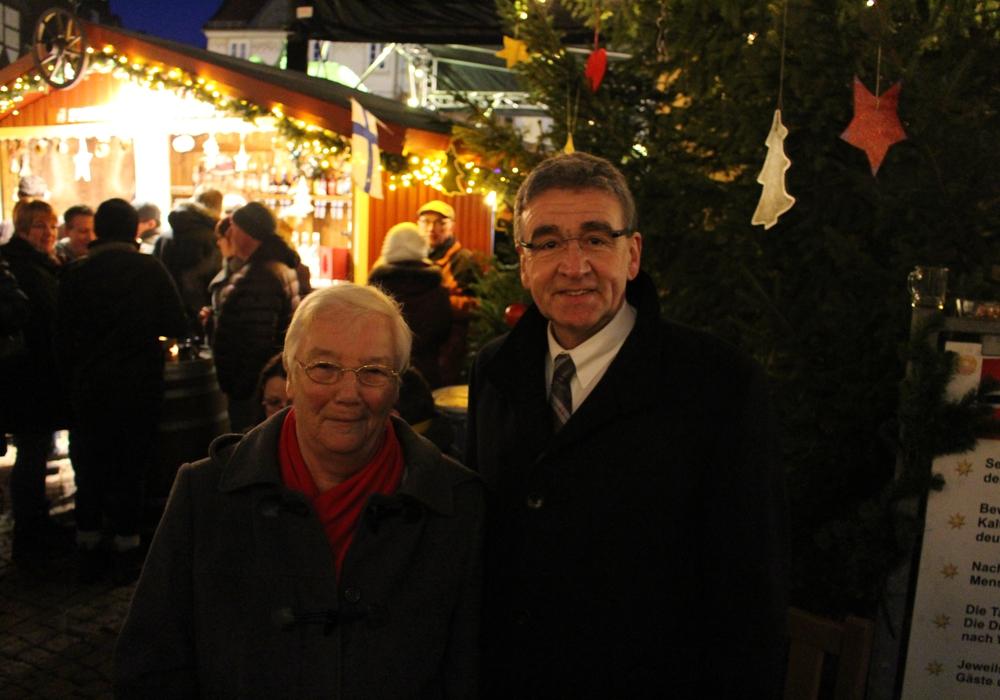 Entzündete den Weihnachtsbaum: Thomas Pink. Foto: Bernd Dukiewitz