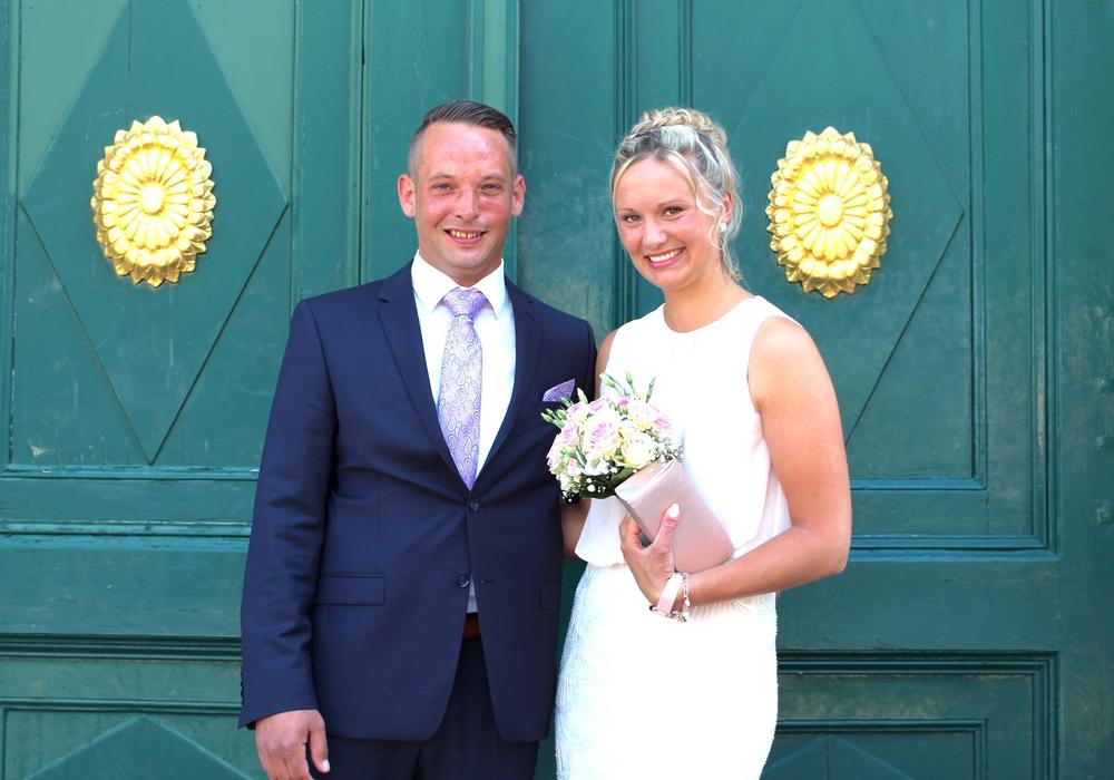 Dennis und Larissa Kunz vor dem Standesamt. regionalHeute.de gratuliert dem Ehepaar. Fotos: Nick Wenkel