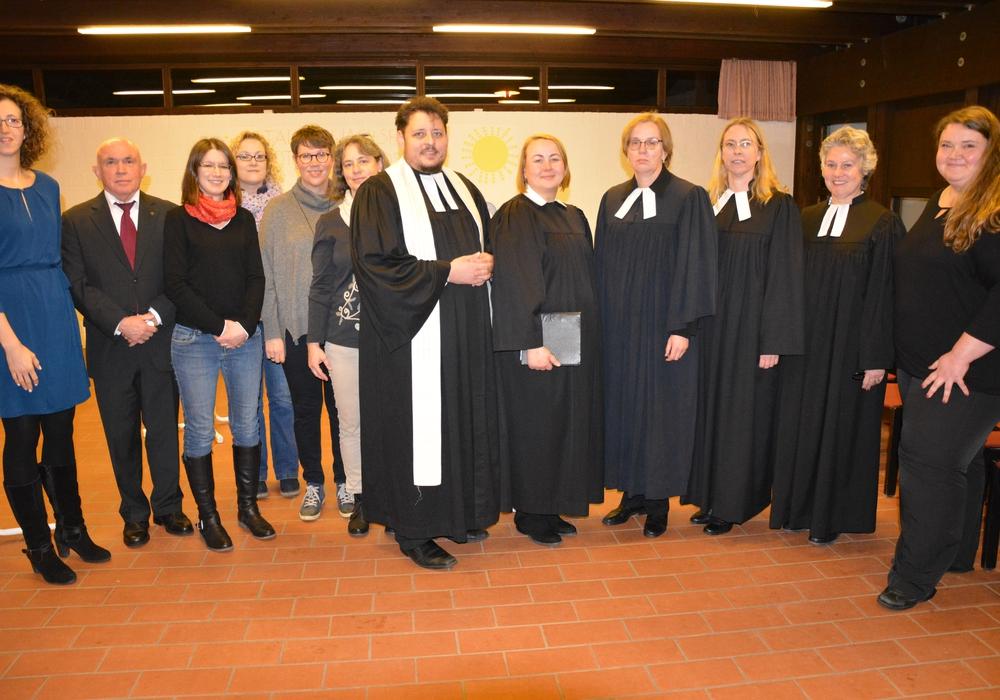 Pastorin Dr. Susanne Hennecke (vierte von rechts) wurde vom Kirchenvorstand und Kollegen verabschiedet. Foto: Ev.-luth. Kirchenkreis Peine