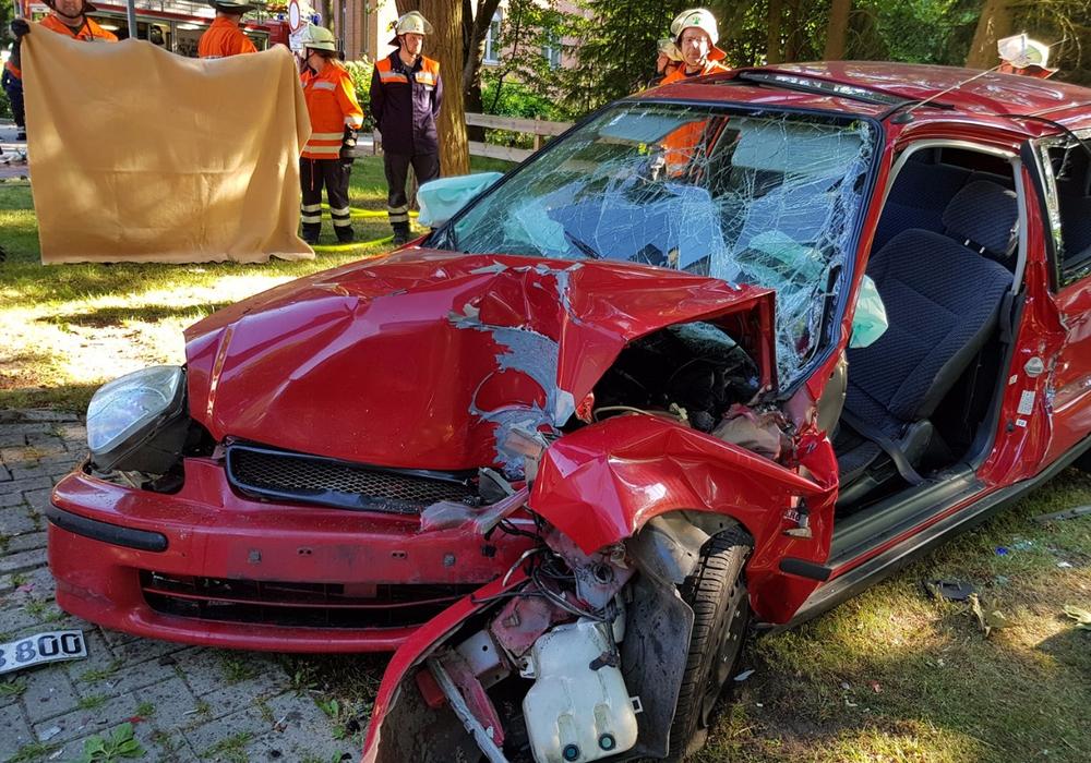 Ein Notarzt und die Teams zweier Rettungswagen konnten dem Fahrer nicht mehr helfen. Foto: Carsten Schaffhauser, Kreisfeuerwehrpressestelle