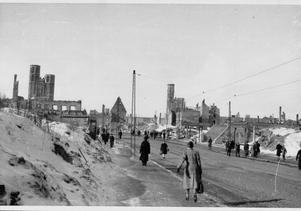 Blick von der Fallersleber Straße zur Katharinenkirche (links) und Andreaskirche, Foto: H. J. Querfurth 1947