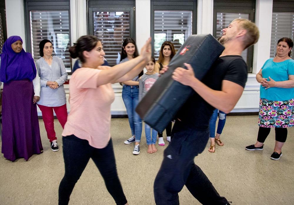 Beim Testtraining: Hier lernen die Frauen sich richtig zu verteidigen. Fotos: Rudolf Karliczek