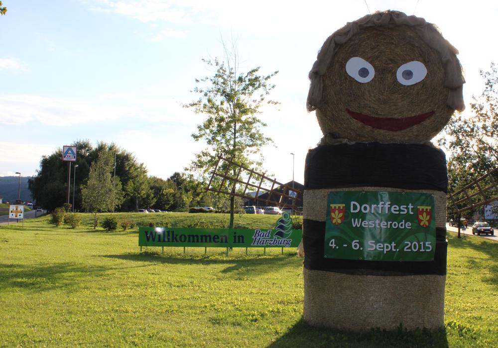 Westerode hat sich rausgeputzt. Große Stroh-Figuren weisen auf das Dorffest hin, das an diesem Wochenende stattfindet. Foto: Anke Donner