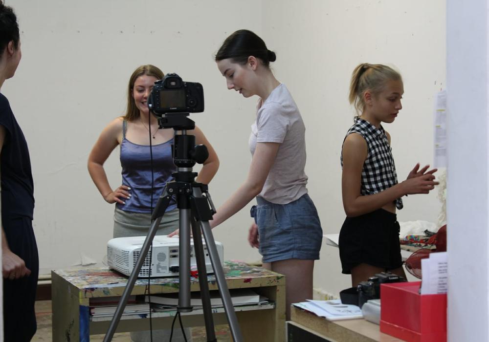 """Anhand der """"making-of""""-Fotos wird am 7. September über die Arbeit in den Workshops des Projekts """"Blick über den Tellerrock"""" gesprochen. Foto: Kreismuseum Peine, Hannah-Sofie Springer"""