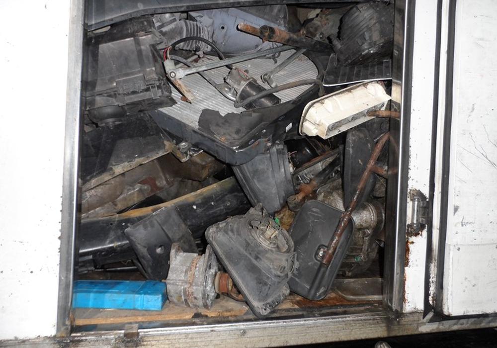 Alte ölverschmierte und stark verschmutzte Autoteile sowie Getriebe, Auspuff und alte verschmutzte Haushaltswaren befanden sich auf dem Laster. Foto: ots