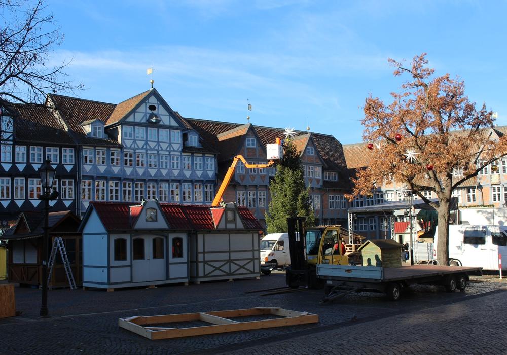 Der Weihnachtsmarkt nimmt schon erste Formen an. Foto: Bernd Dukiewitz
