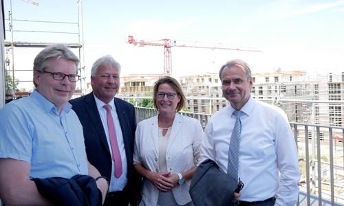 Erhaschen einen Blick von oben: v.l. Heinz-Georg Leuer, Torsten Voß (Niwo), Maren Sommer-Frohms (Niwo), Oberbürgermeister Urlich Markurth.