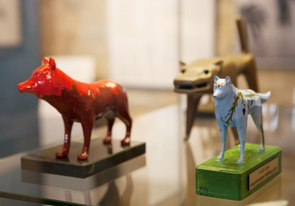 Der Wolf – Wahrzeichen mit Tradition. Zum Beispiel aus dem 3D-Drucker als städtischer Integrationspreis (rechts) oder aus Keramik mit Stadtsilhouette als Ehrengabe IG Metall (links). Foto: Stadtmuseum/Meike Netzbandt