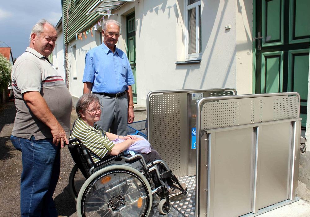 Von links: Horst Löhr, Jutta Löhr und Jürgen Junker freuen sich über die neue Hebebühne. Foto: Privat