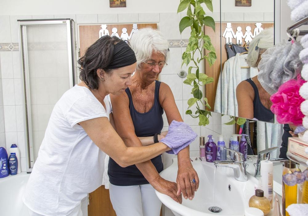 Pflegende Angehörige können sich in einem Gesprächskreis Austausch und Unterstützung holen. Symbolfoto: AOK-Mediendienst