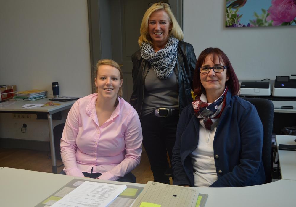 Die neue Auszubildende Maren Löckener mit Petra Eickmann-Riedel und Andrea Martin. Foto: Richert