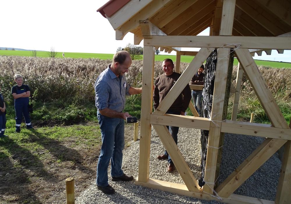 Der Bürgermeister Michael Waßmann schlägt den letzten Zapfen in das Gebälk. Fotos: Peter G. Matzuga
