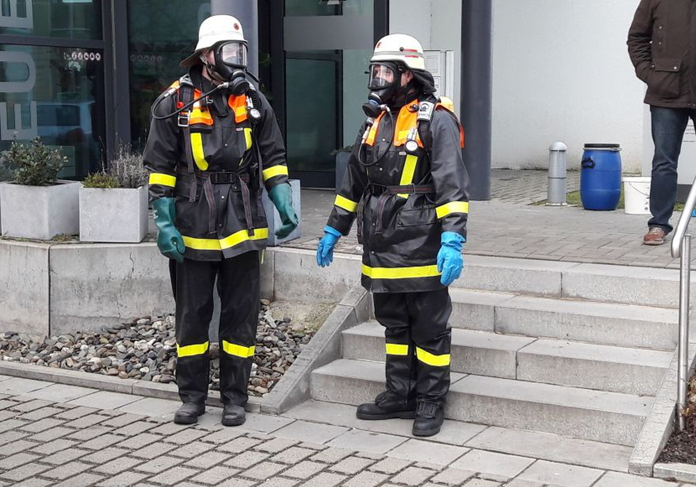 Die Feuerwehr ging mit Spezialausrüstung in das Gebäude und entsorgte die Chemikalie. Foto: Feuerwehr Wolfenbüttel