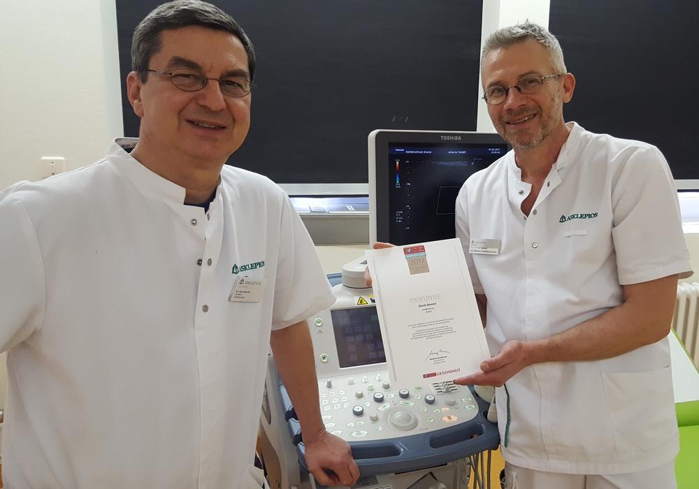 Ulrich Sievers (rechts im Bild) sowie Chefarzt Dr. med. Luigi Iadevaia, Leiter des zertifizierten Chirurgischen Zentrums der Harzklinik Goslar für Gefäßchirurgie, endovaskuläre Chirurgie und Phlebologie, präsentieren stolz die Auszeichnung. Foto: Asklepios Harzkliniken