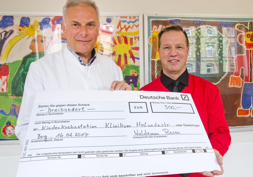 Prof. Dr. Hans Georg Koch, Chefarzt der Klinik für Kinder- und Jugendmedizin freut sich über den überreichten Scheck von Waldemar Rossa für die Patienten der Kinderkrebsstation. Foto: Klinikum/Jörg Scheibe