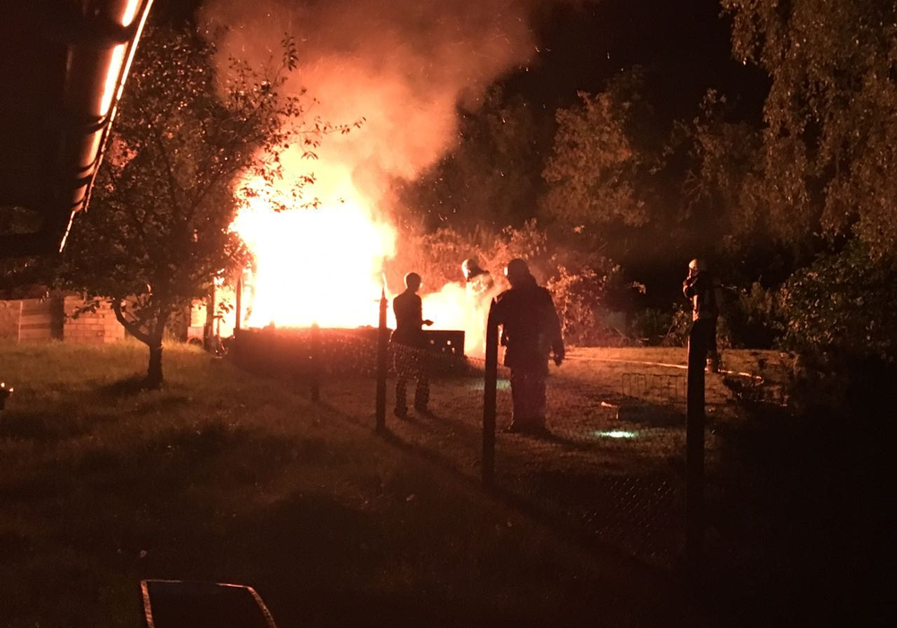 Als die Feuerwehr eintraf, brannte die Gartenlaube bereits vollständig. Fotos: Alexander Weis, Pressesprecher Feuerwehr Helmstedt
