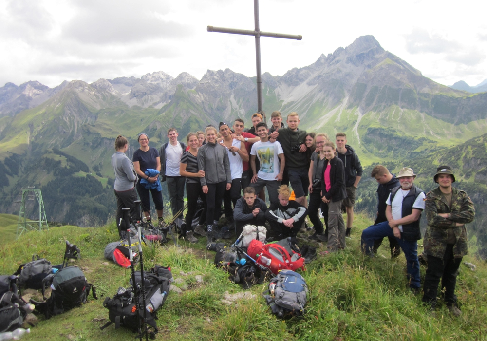 Die Tutoren Mechthild Franke und Marco Hübner sind mit den Jugendlichen ihrer Klasse in den Alpen von Hütte zu Hütte gewandert. Fotos: Henriette-Breymann-Gesamtschule