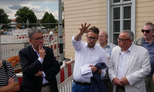 Stadtbaurat Ivica Lukanic erklärt den aktuell Stand des Abrisses