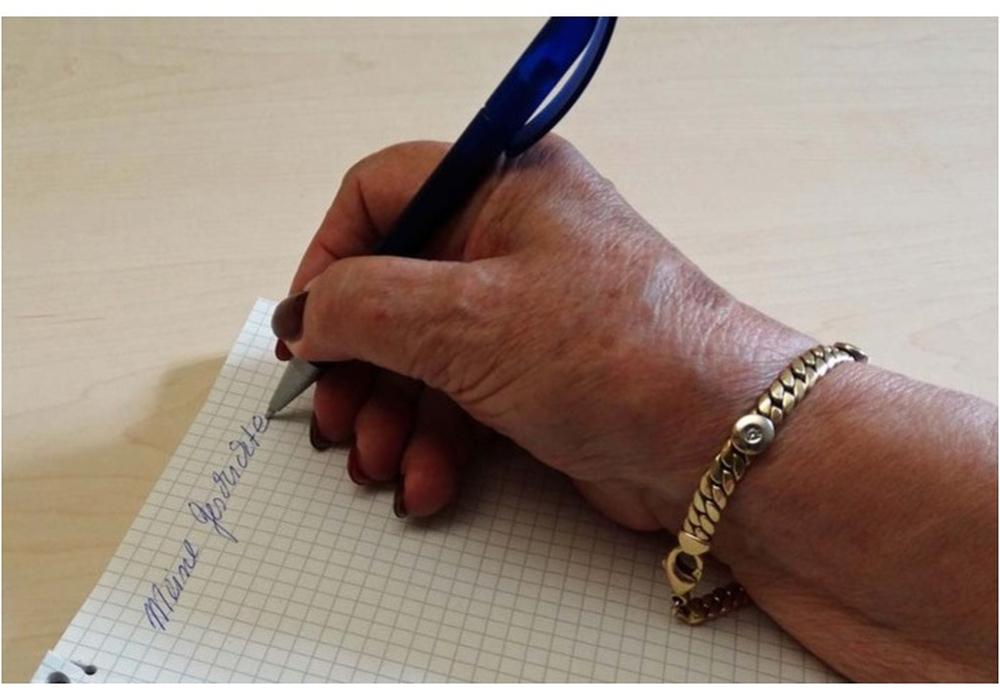 Bei einem Kurs zum autobiografischen Schreiben lernen Senioren, ihre Gedanken und Erinnerungen richtig zu verpacken. Foto: Stadt Salzgitter