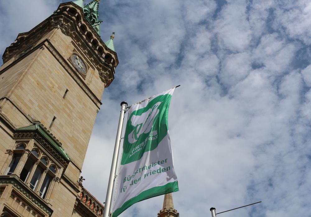 Vor dem Rathaus weht eine Flagge für eine atomfreie und friedliche Welt. Foto: Archiv/Robert Braumann