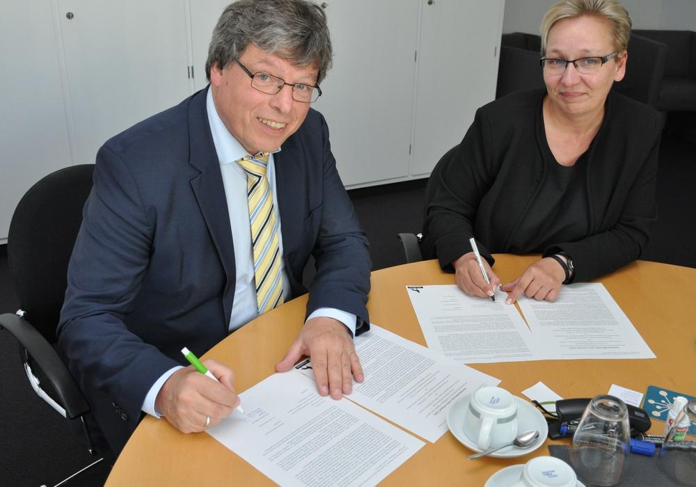 Hans-Peter Daub (Vorstand Stiftung Diakonie Kästorf) und Iris Bothe (Dezernentin für Jugend, Schule und Integration). Foto: Stadt Wolfsburg