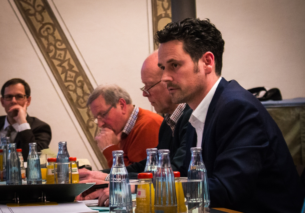 Pierre Balder (FDP, rechts im Bild) verteidigte den Antrag seiner Fraktion, hatte jedoch als Grundmandatsträger kein Stimmrecht. Foto: Werner Heise