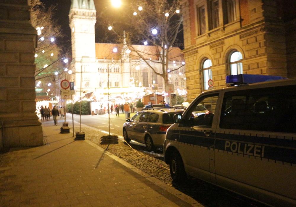 Die Polizei zeigte am Freitagabend vermehrt Präsenz rund um den Braunschweiger Weihnachtsmarkt. Foto: Robert Braumann